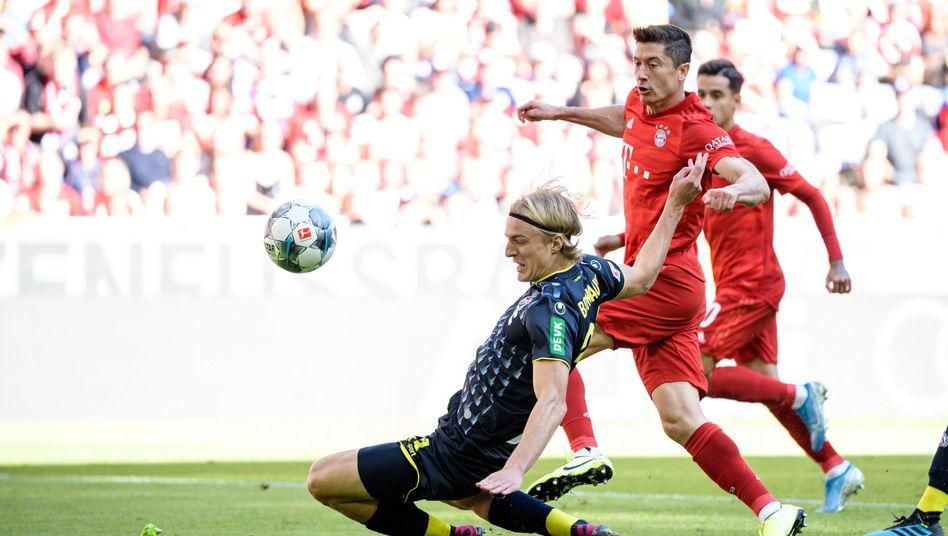 Robert Lewandowski (hinten) erzielte gegen Köln und Sebastiaan Bornauw (vorn) das 1:0