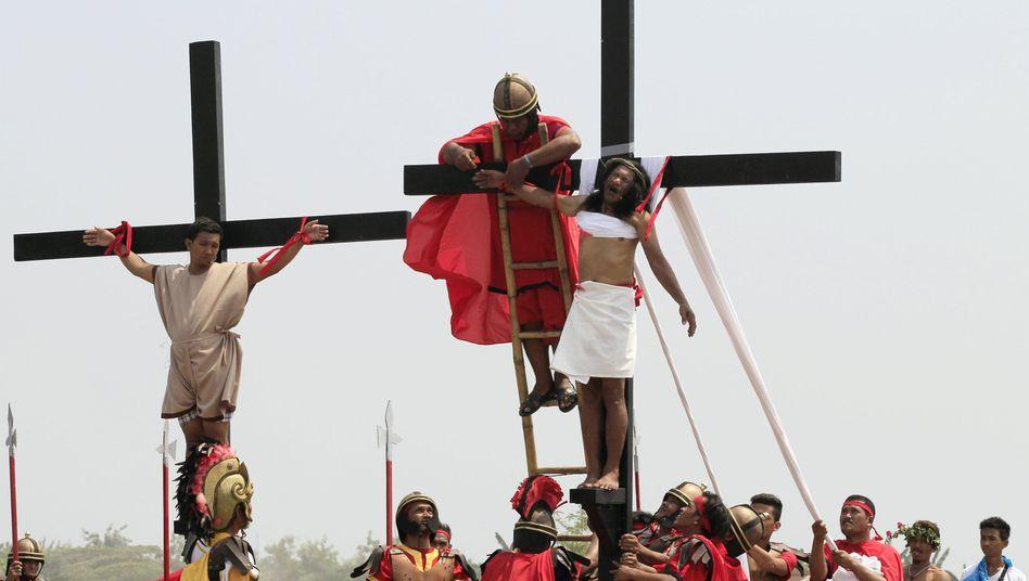 Nachgestellte Kreuzigung Jesu auf den Philippinen