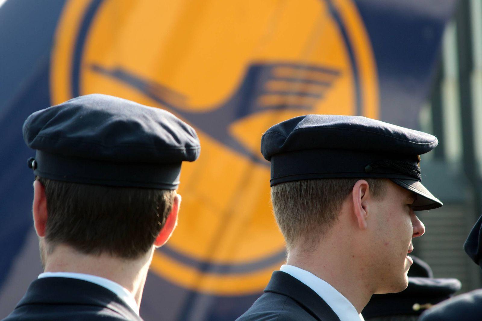 Streik der Lufthansa Piloten am Flughafen Frankfurt, Hessen, Deutschland: Protestmarsch der Piloten vor dem LH Emblem