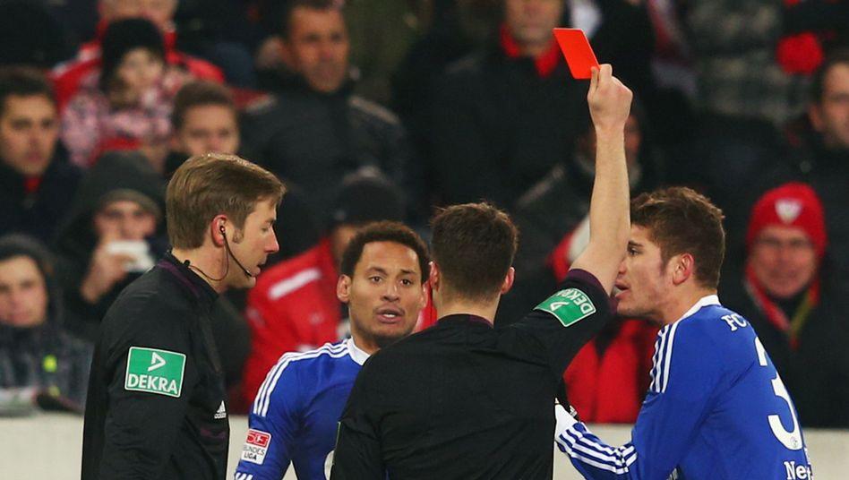 Schalke-Profi Jones (2.v.l.): Rohes Spiel gegen den VfB Stuttgart