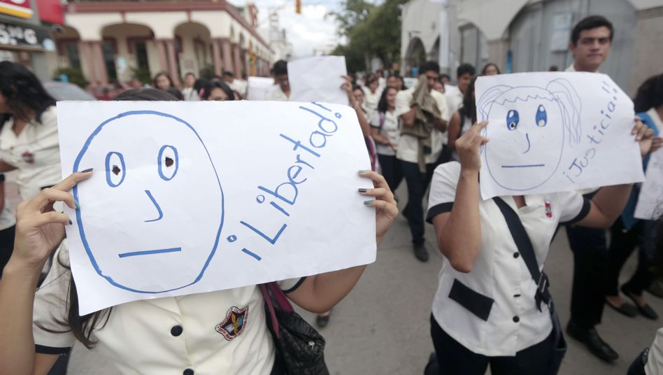 Protestierende Studenten: Forderung nach Freiheit und Gerechtigkeit