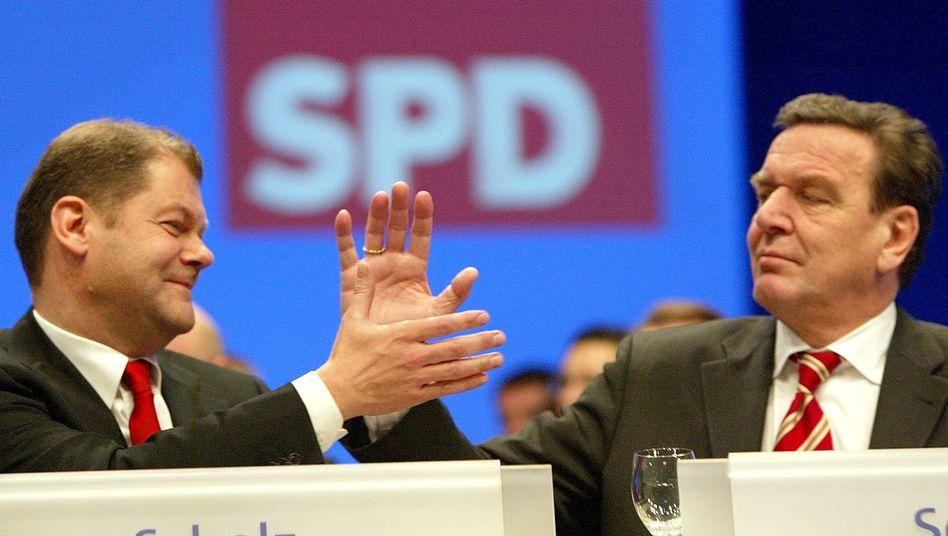 SPD-Generalsekretär Olaf Scholz (l.) und der SPD-Vorsitzende Gerhard Schröder (2003) beim SPD-Bundesparteitag in Bochum