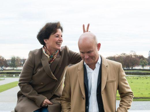 Paartherapeuten und Autorenpaar Eva-Maria und Wolfram Zurhorst im Park am Nymphenburger Schloss in München.