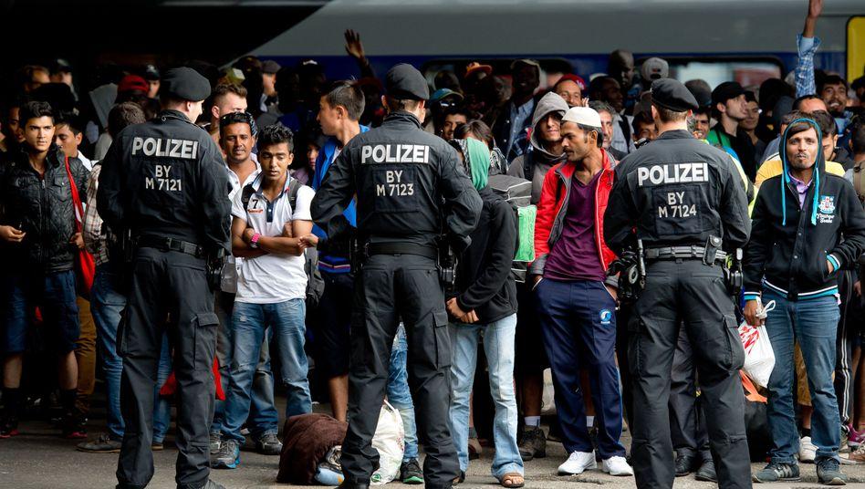 Ankunft unter Polizeischutz: Flüchtlinge am Hauptbahnhof in München