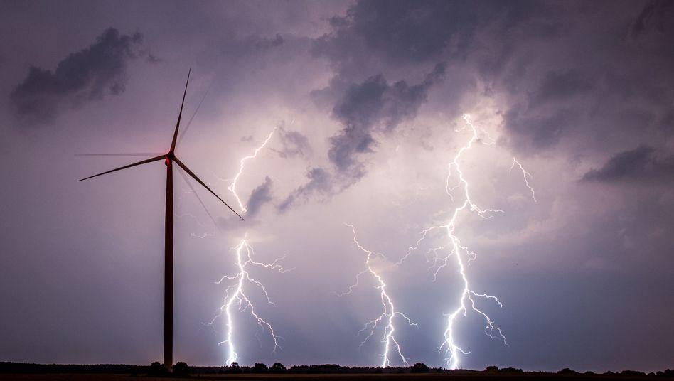 Gewitter über Windrad in Brandenburg (Archiv): Klassische Förderung wohl bald vorbei