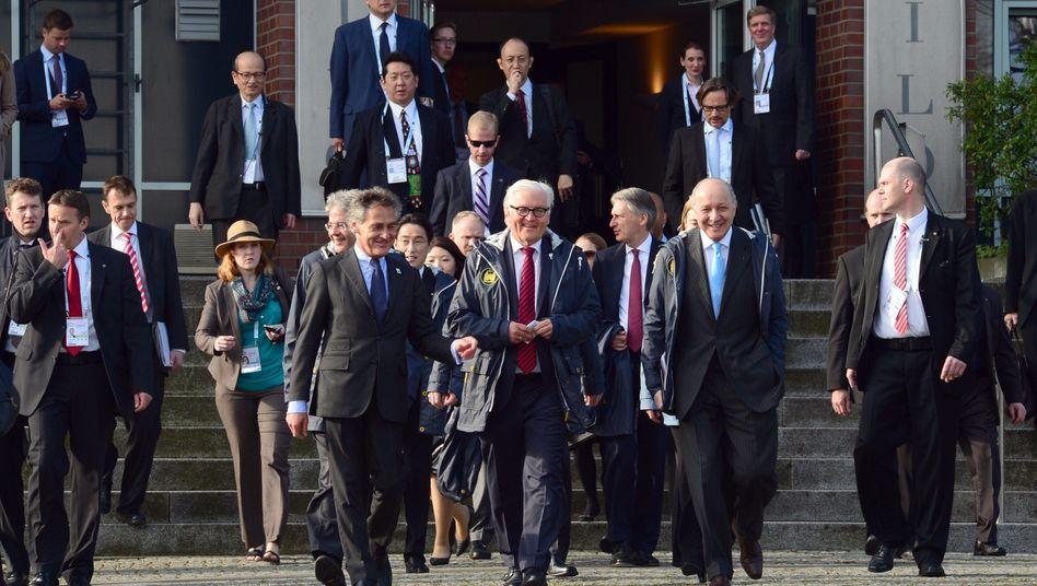 Frank-Walter Steinmeier (Mitte) mit Laurent Fabius (2. v. r.) in Lübeck: Umsetzung von Minsk gefordert
