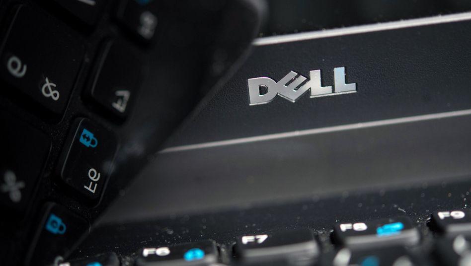 Das Logo der Firma Dell auf dem Gehäuse eines Laptops.