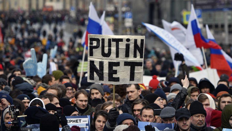 Demonstranten, die in Moskau für die Freiheit im Internet protestieren