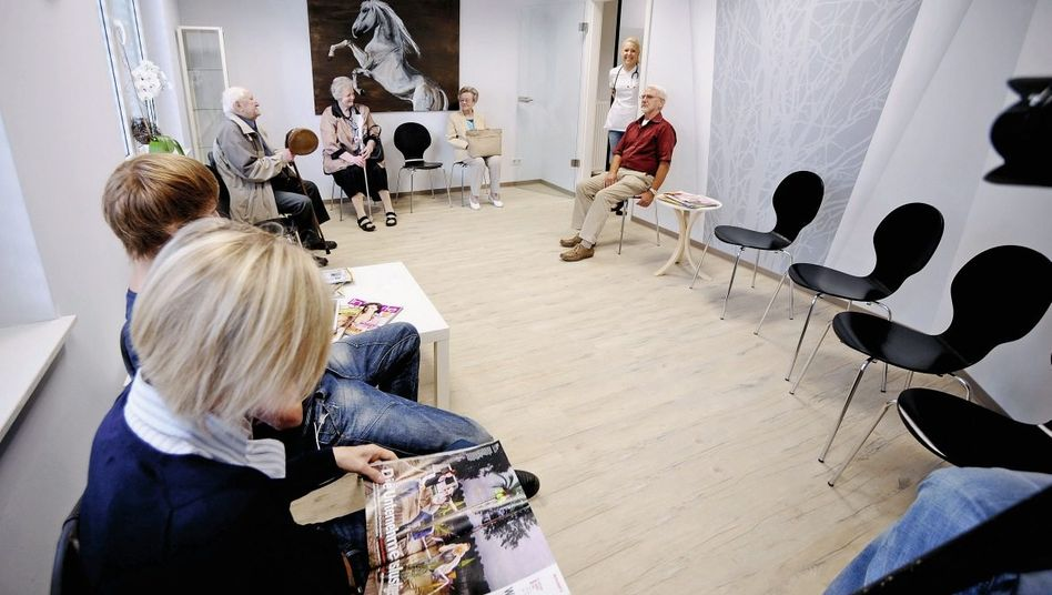 Wartende Patienten in Arztpraxis