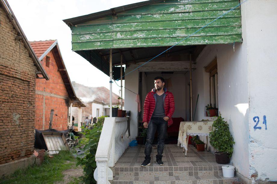 Agron Mustafa vor seinem Haus in Plemetina