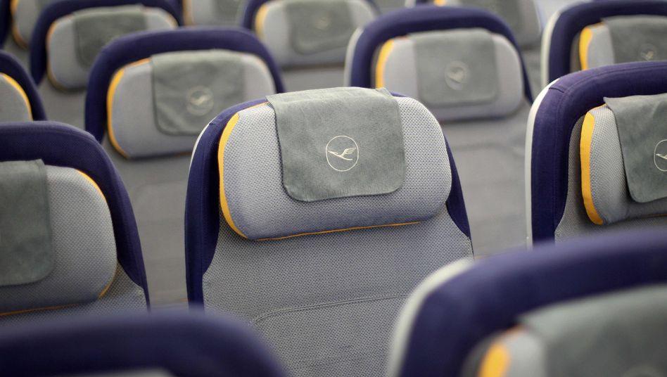 Leere Sitze in einem Lufthansa-Jet: Vorerst keine Entlassungen beim Bodenpersonal, dafür kein Weihnachtsgeld