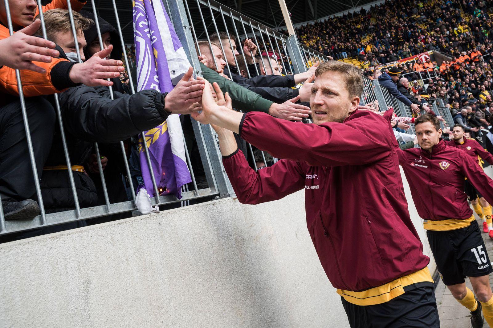 Dresdens Marco Hartmann nach Abpfiff bei den Fans; SG Dynamo Dresden - FC Erzgebirge Aue; Fu?ball; 2. Liga; Saison 2019/