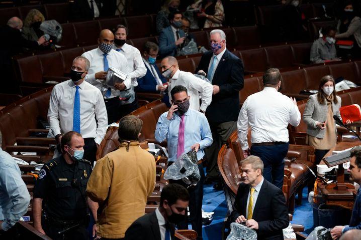Abgeordnete bereiteten sich darauf vor, Masken und Gasmasken im Repräsentantenhaus aufzusetzen, während Demonstranten das US-Kapitol betraten
