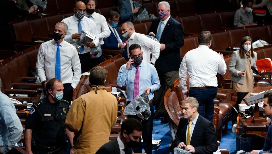 US-Kapitol: Abgeordnete verlassen ihre Plätze, während ein wütender Mob das Gebäude stürmt