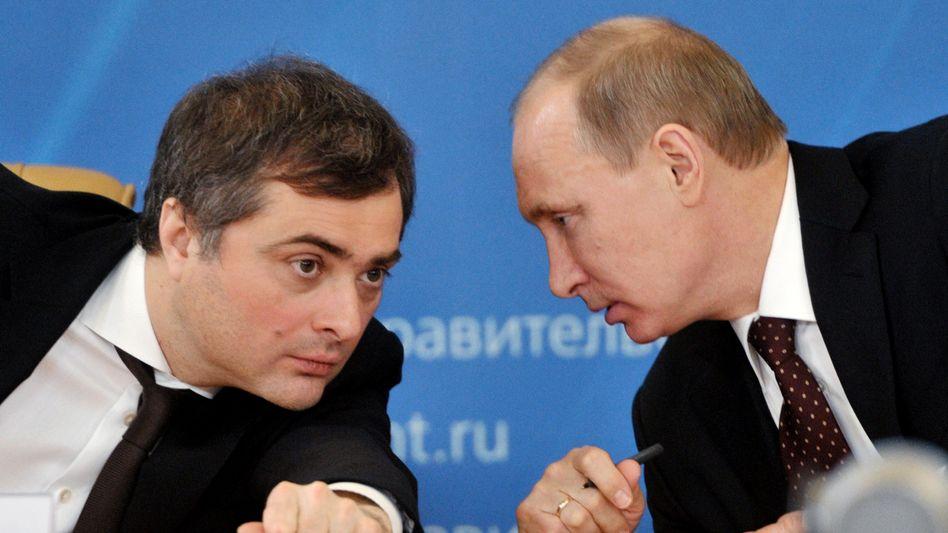 Politiker Surkow (l.), Putin (im Februar 2012): Erst Kritik, dann Rücktritt