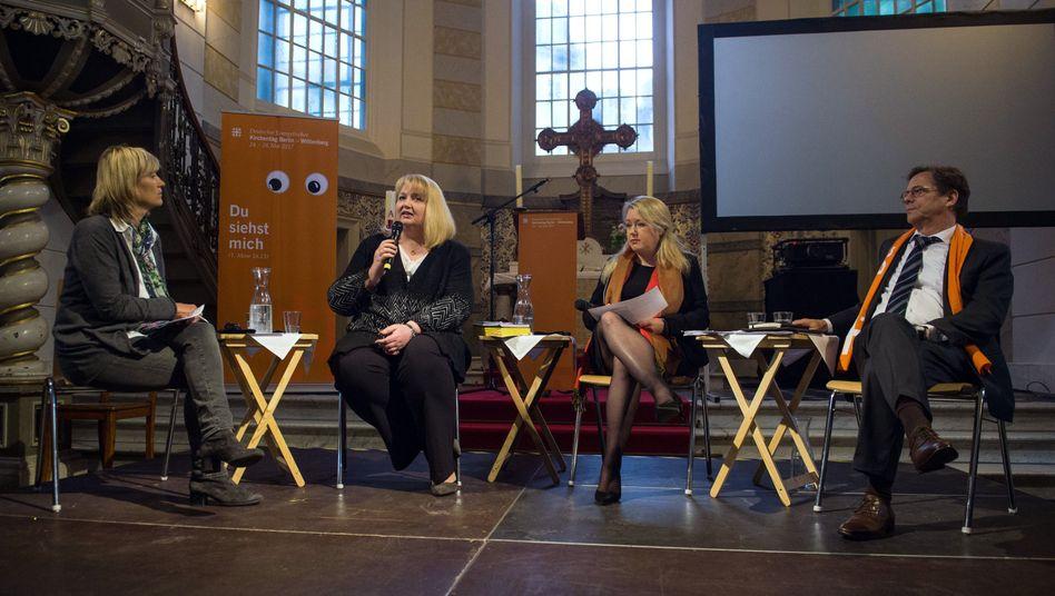 Bettina Warken, Anette Schultner (AfD) und Liane Bednarz in der Sophienkirche in Berlin