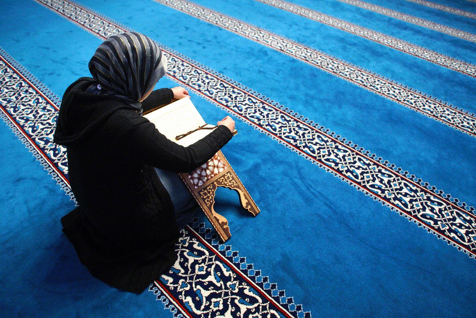 Eine Frau liesst im Koran in der Sehitlik Moschee am Columbiadamm in Berlin Neukoelln Deutschland