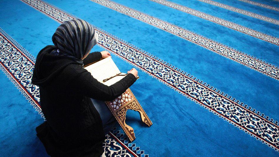 Eine Frau liest in einer Moschee aus dem Koran (Archivbild)