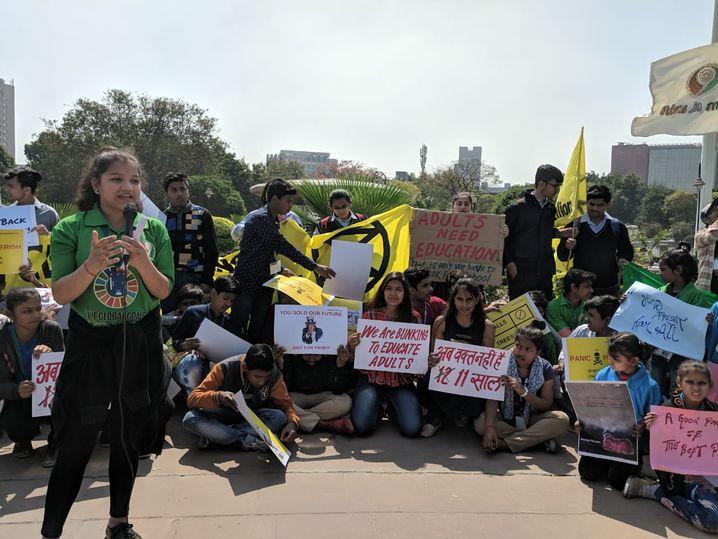 Asees Khandari spricht vor Mitstreitern