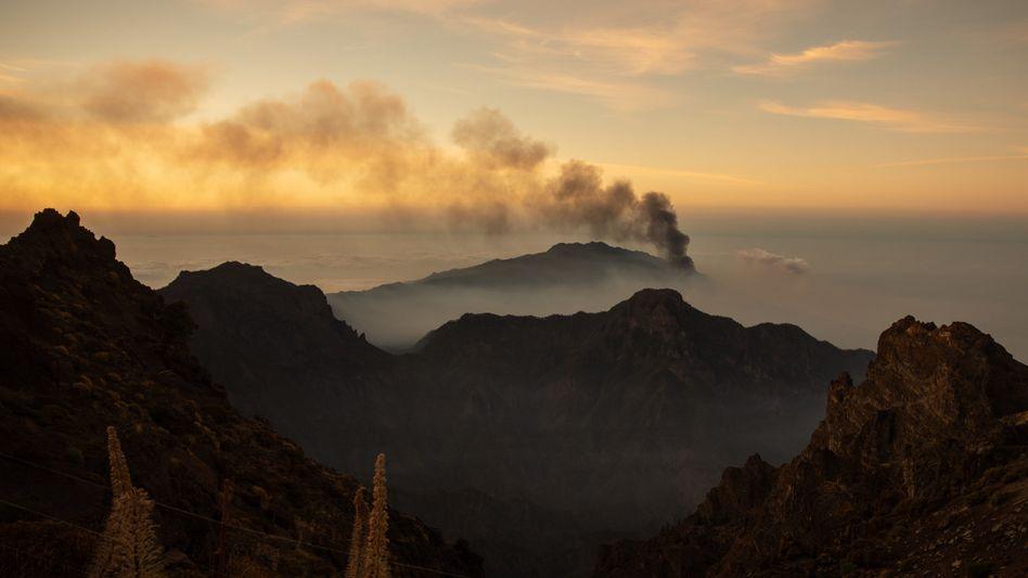 Eine Rauchsäule steigt aus dem Vulkan Cumbre Vieja empor