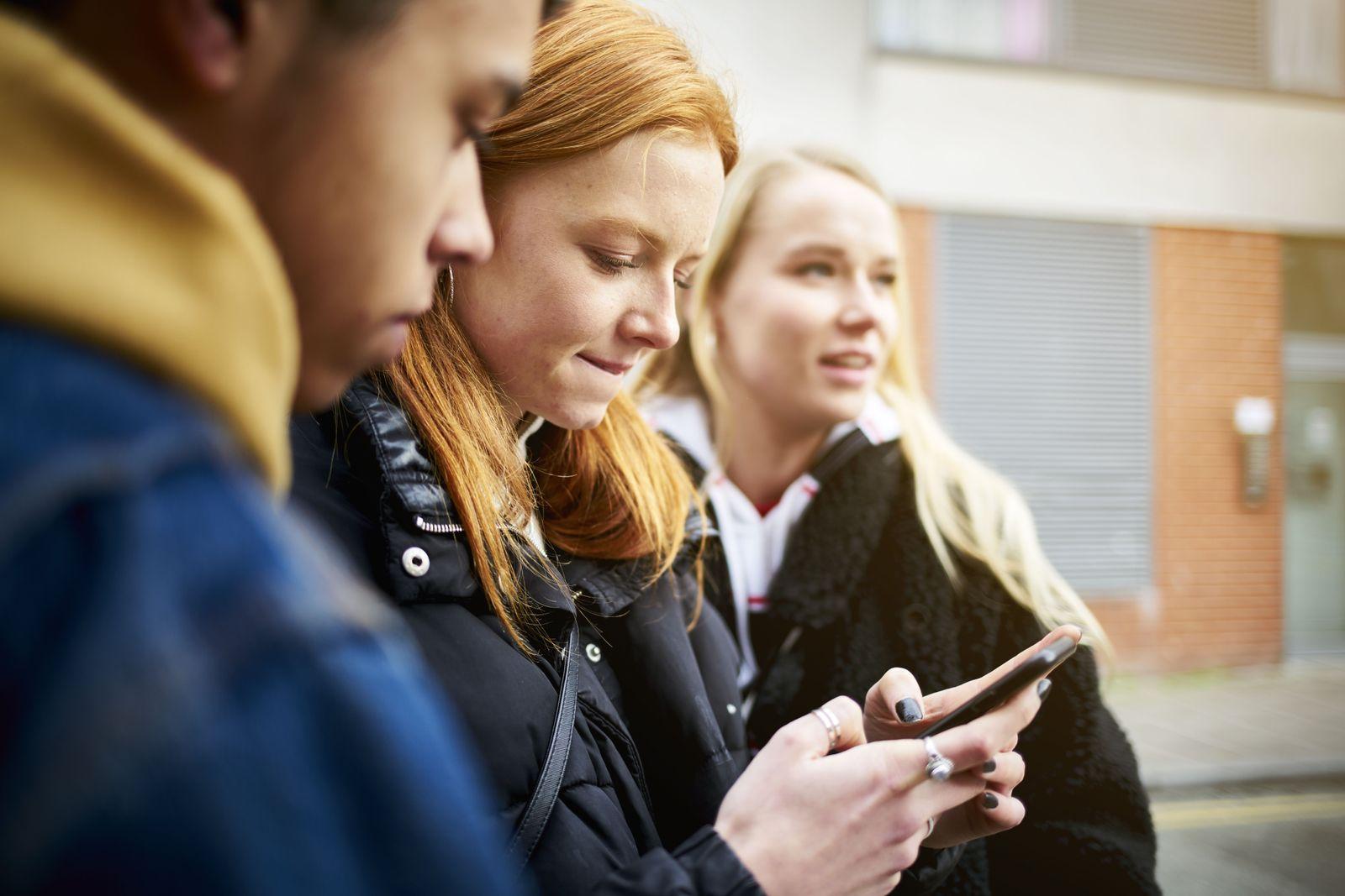 EINMALIGE VERWENDUNG Shell-Studie/ Jugendliche/ Handy