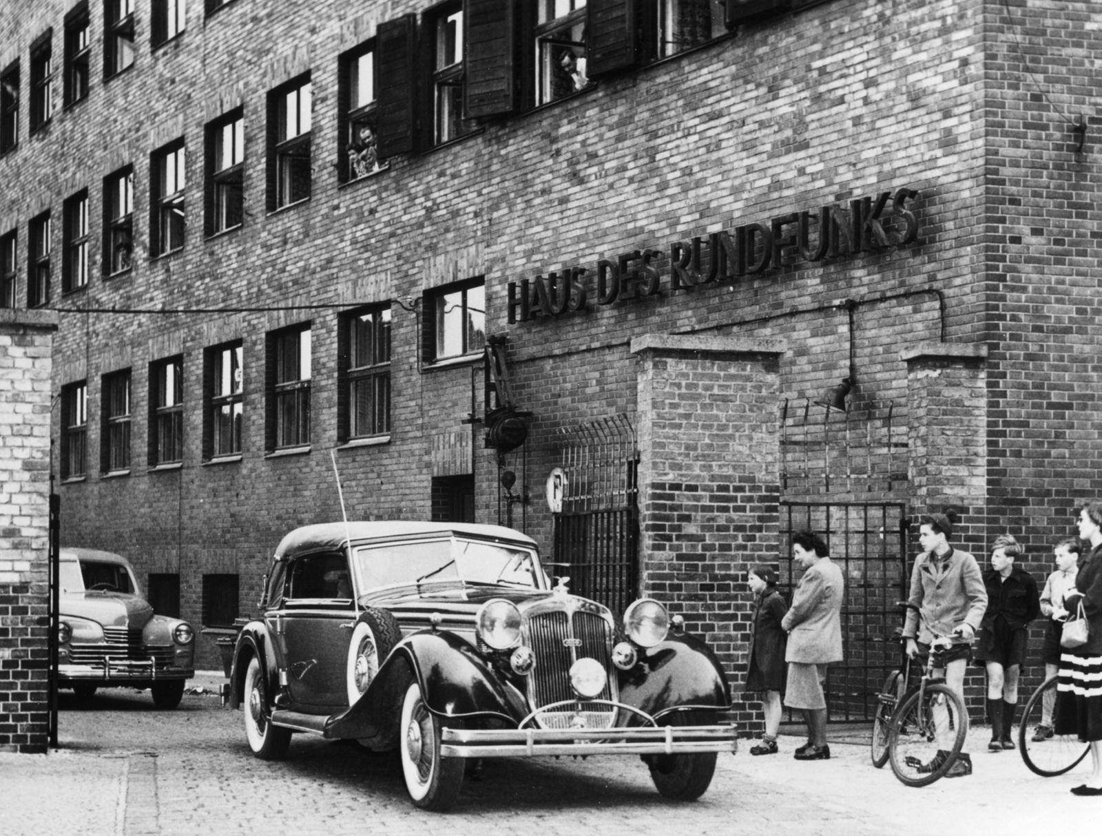Sowjetische Nachrichtenoffiziere verlassen das Haus des Rundfunks an der Masurenallee
