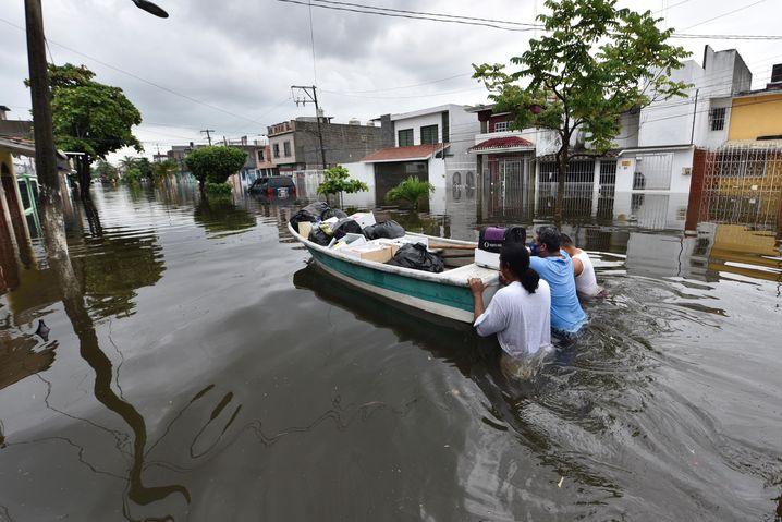 Menschen im Bundesstaat Tabasco bringen Habseligkeiten mit einem Boot in Sicherheit