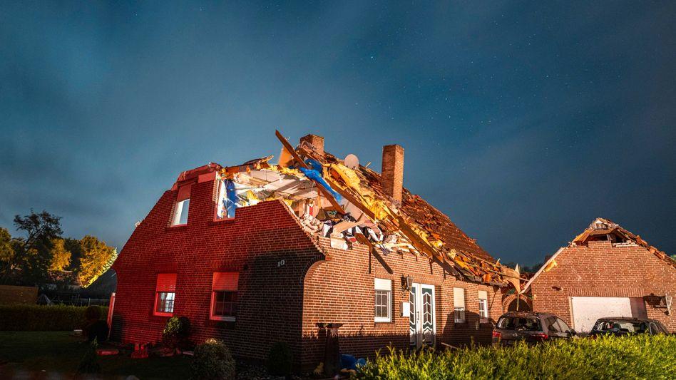 Unbewohnbar: Ein vom Sturm stark beschädigtes Haus in Berumerfehn