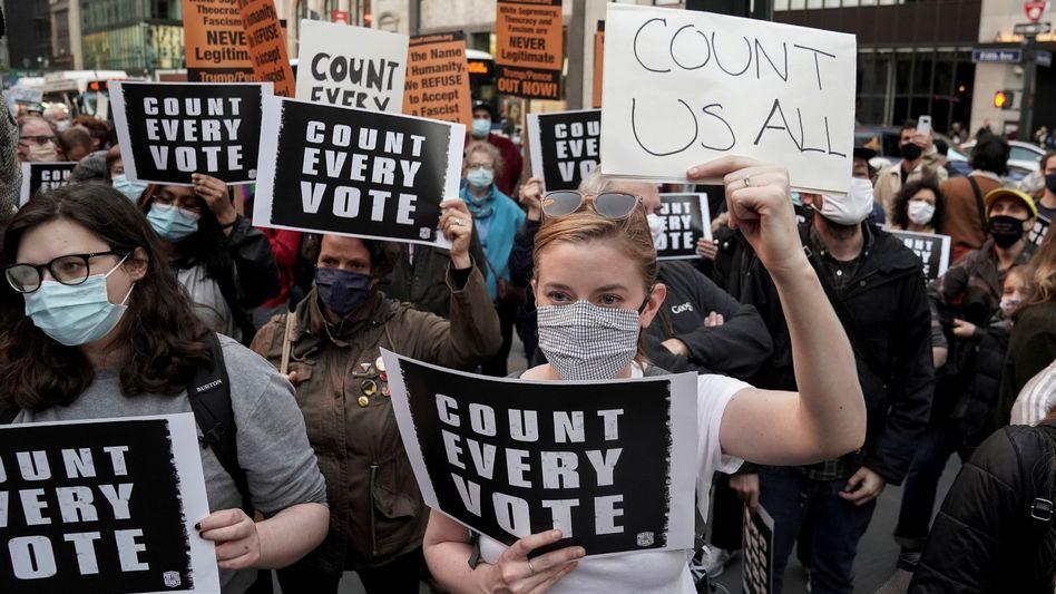 Demonstranten protestieren in New York City für die Auszählung aller abgegebenen Stimmen