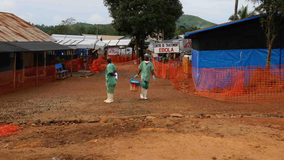 Ein Team von Ärzte ohne Grenzen vor dem Ebola Health Center in Guinea (Archivbild von 2014)