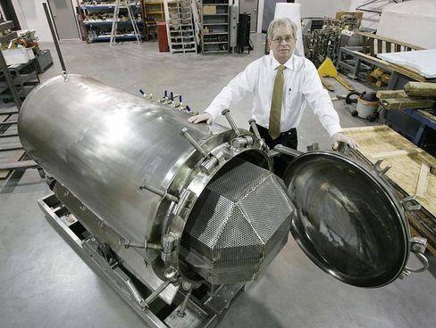 Bestattung mit Lauge: Brad Crain, Chef von BioSafe Engineering, steht vor einem Hydrolyse-Tank für Leichen