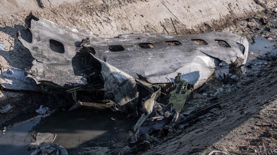"""Ein Stück Flugzeugrumpf an der Absturzstelle: 176 Menschen wurden Opfer eines """"menschlichen Fehlers"""""""