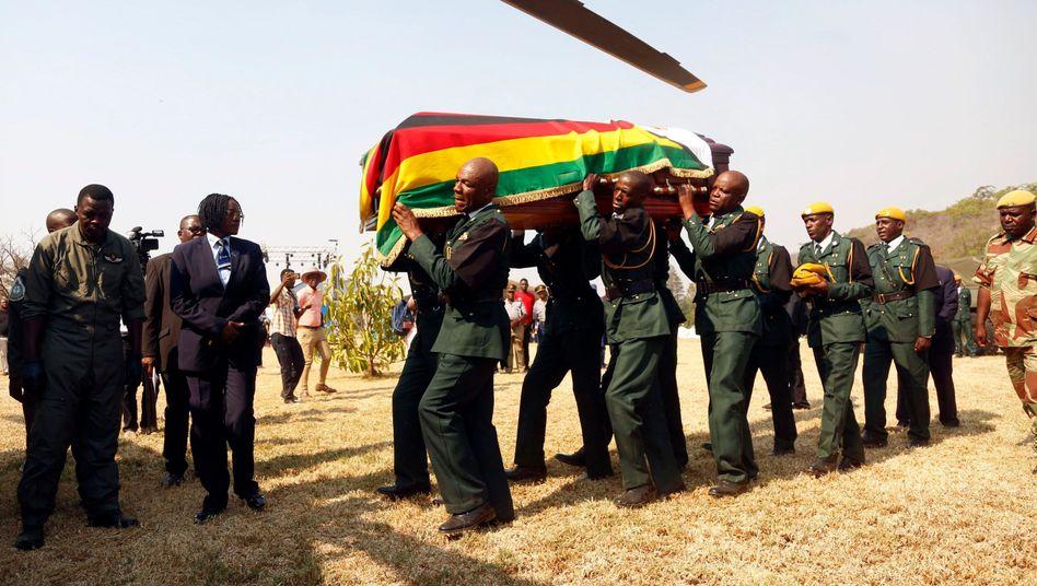 Robert Mugabes Sarg auf dem Weg zum Rufaro Stadion zur öffentlichen Totenwache