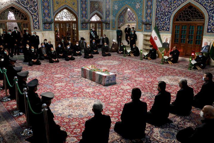 Menschen beten in Teheran am Sarg des ermordeten Mohsen Fakhrizadeh