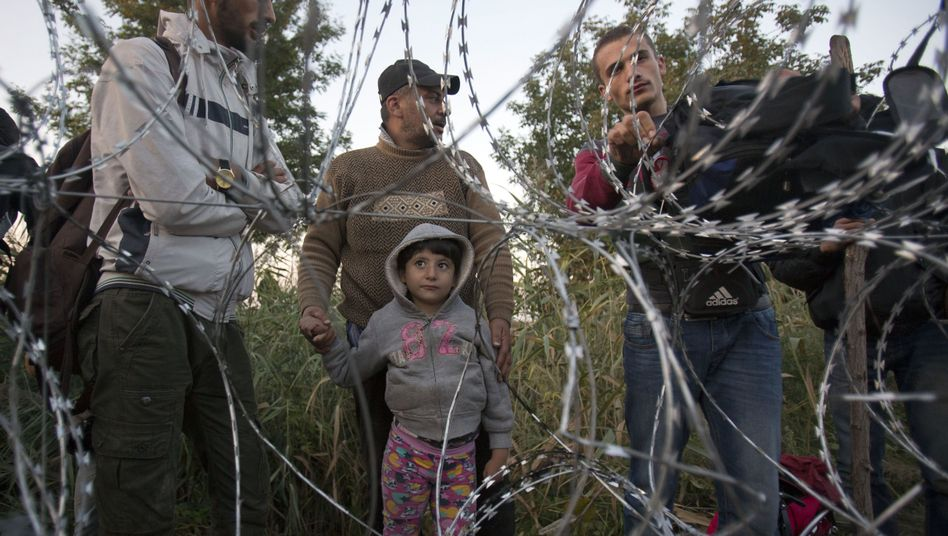 """Syrische Flüchtlinge am Grenzzaun in Ungarn: """"Politik der Abschreckung"""""""