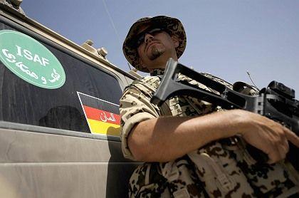 Bundeswehr-Soldat in Mazar-e-Scharif (Archivbild): Vermischung von Aufbauhilfe und Militäreinsatz