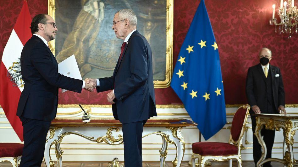 Der neue Kanzler Alexander Schallenberg (links) mit Bundespräsident Alexander Van der Bellen bei der Vereidigungszeremonie in der Wiener Hofburg