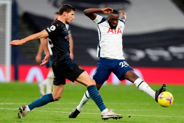 Weggeschnappt: Tanguy Ndombélé, im Mittelfeld von Tottenham rehabilitiert, gewinnt den Ball gegen Manchester Citys Ruben Dias