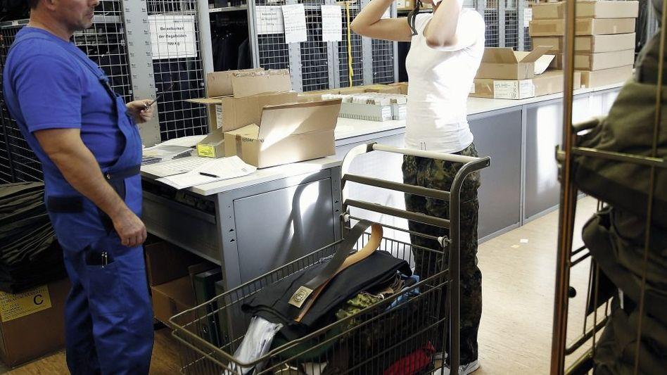 Rekrutin bei Einkleidung in der Julius-Leber-Kaserne in Berlin