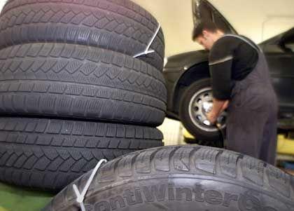 Ab in Sommerschlaf: Reifen auf Felgen sollten liegend gelagert oder aufgehängt werden