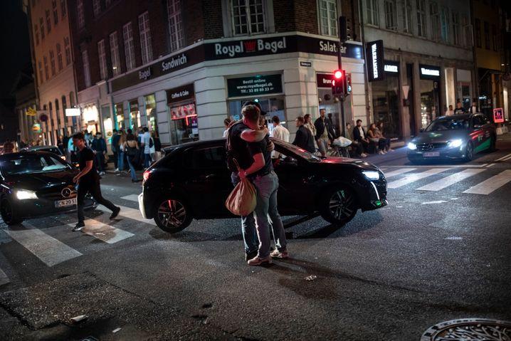 Feiernde auf einer Kreuzung in der Innenstadt: Auf der Suche nach einem letzten Tanz