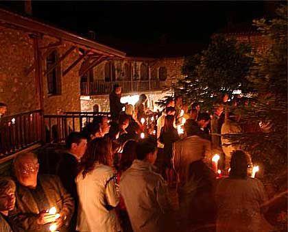 Mit Kerzen in der Hand lauschen die Gläubigen in Kalambaka der Mitternachtsliturgie