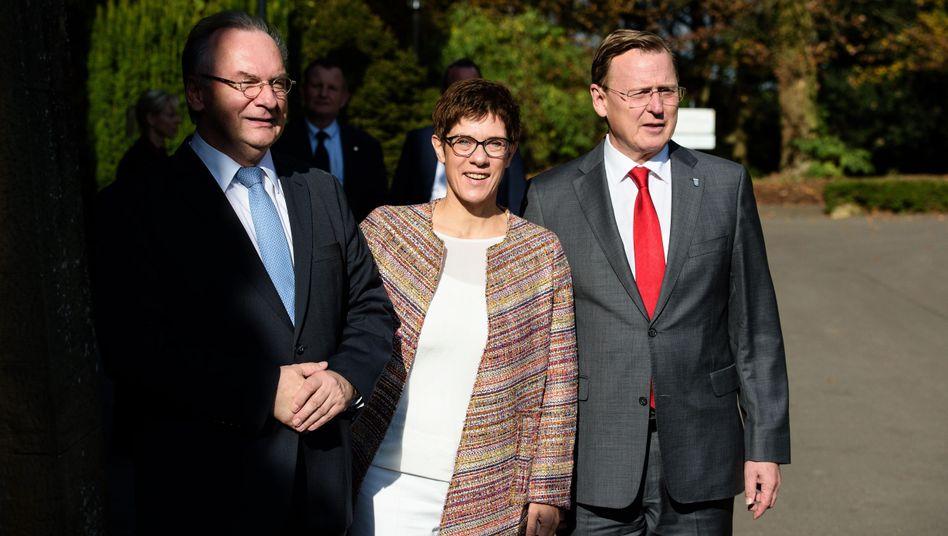 CDU-Politiker Haseloff, Ministerpräsident von Sachsen-Anhalt, und seine damalige saarländische Amtskollegin Kramp-Karrenbauer mit Thüringens Regierungschef Ramelow: Wie geht es mit CDU und Linke weiter? (Archivbild von 2017)
