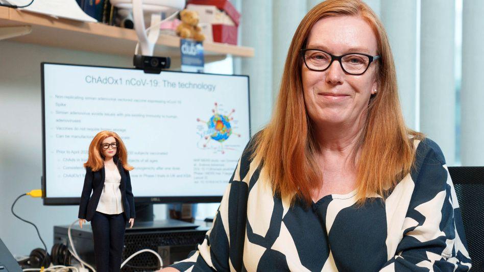 Sarah Gilbert mit Sarah-Gilbert-Barbie: Puppe soll Kindern Berufe wie Vakzinologin aufzeigen