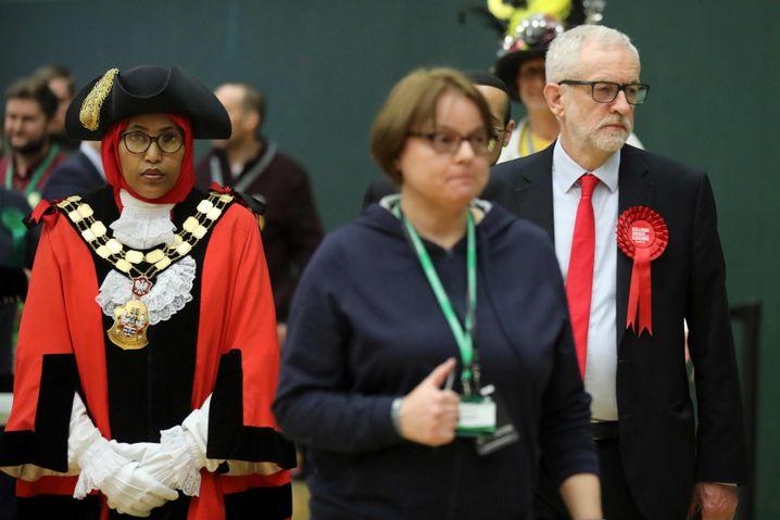 Jeremy Corbyn beim Verlassen seines Wahllokals: Dass der Labour-Chef den eigenen Sitz verteidigen konnte, ist noch die beste Nachricht für ihn nach dieser Nacht