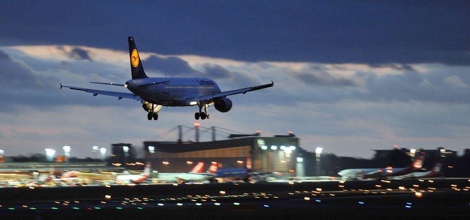 Ein Lufthansa-Flugzeug landet am Flughafen Tegel in Berlin (Archiv)
