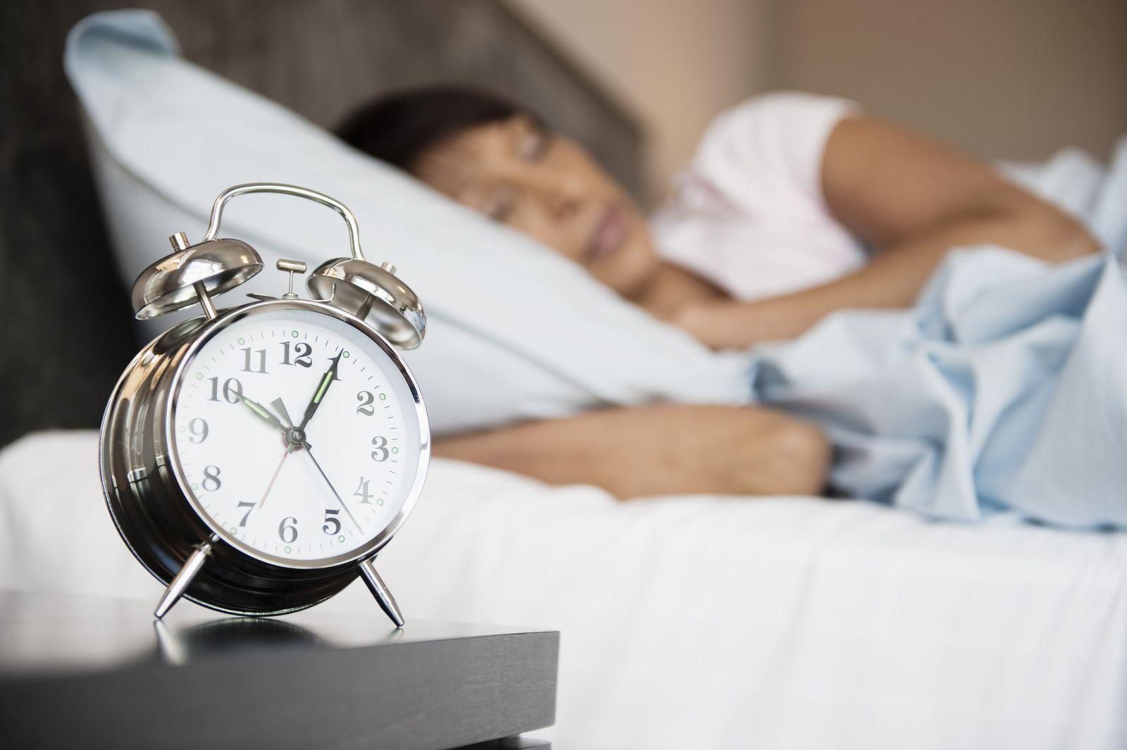 NICHT MEHR VERWENDEN! - Schlafende Frau / Wecker / Ausschlafen / Bett