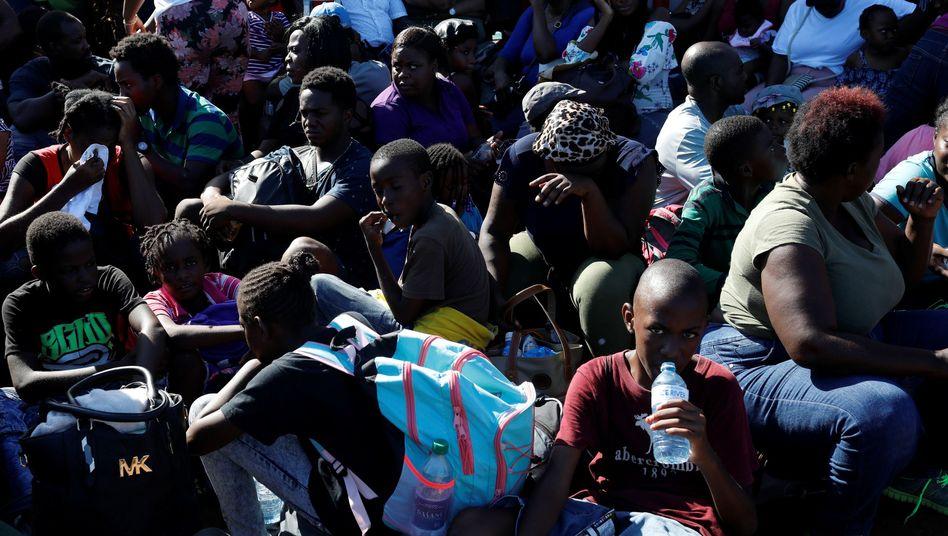 Evakuierung auf den Bahamas: Menschen drängen sich auf einer Fähre