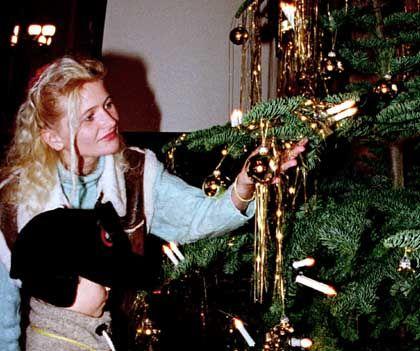 Familie beim Schmücken des Weihnachtsbaums