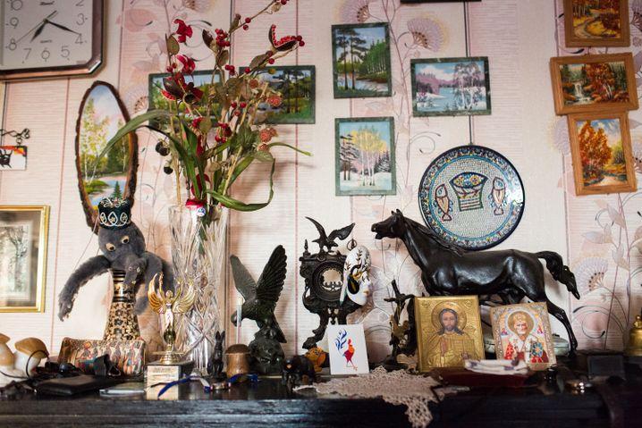 Zu Hause bei Olga - die Wohnung erinnert ein bisschen an ein Museum, überall in der Wohnung finden sich Mitbringsel ihrer Söhne von ihren Reisen in Asien, Israel oder Russland